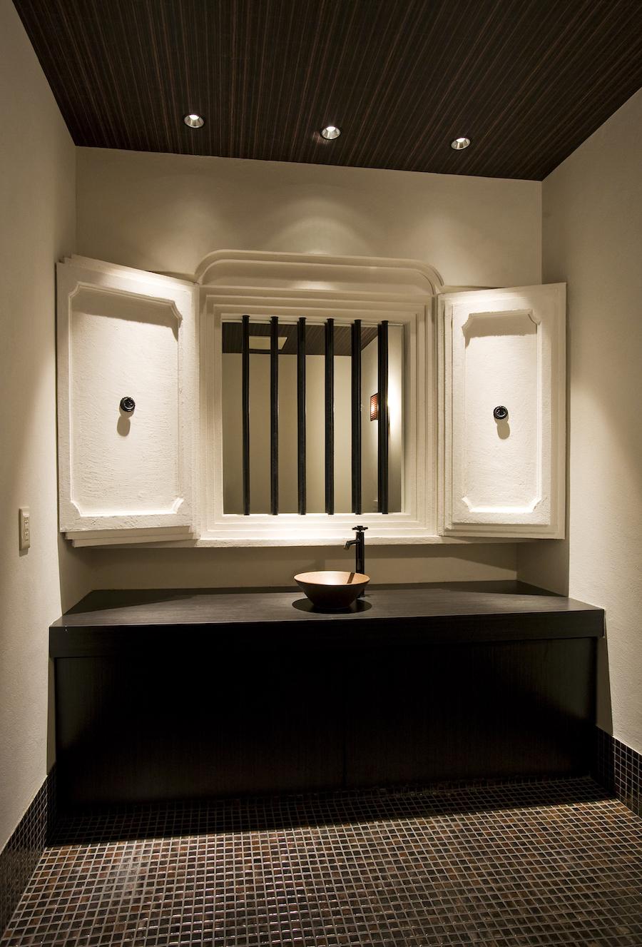 ⑨トイレ洗面台(窓格子の奥に鏡を設置)