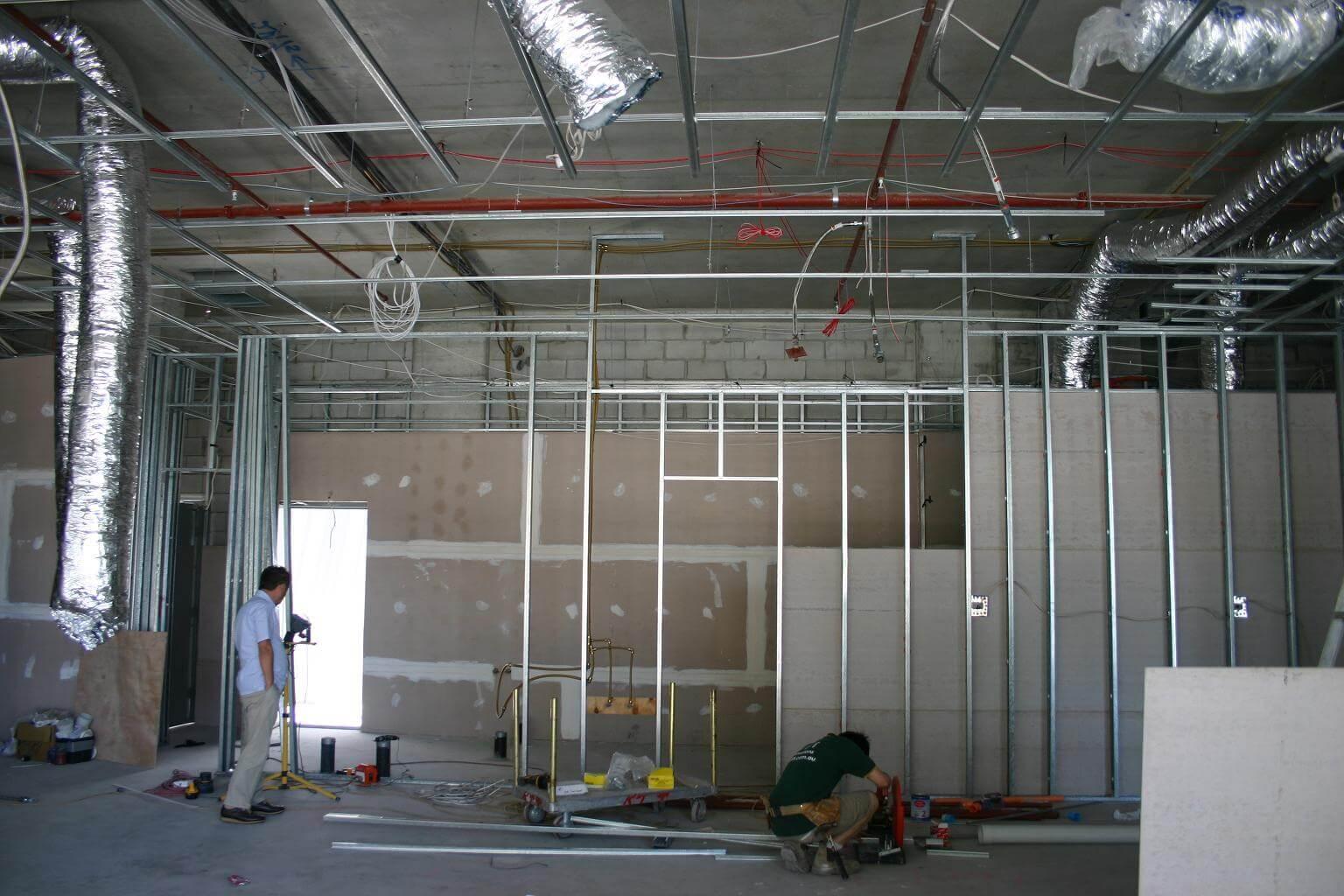 003 壁や天井の下地骨は日本と同じ軽鉄です