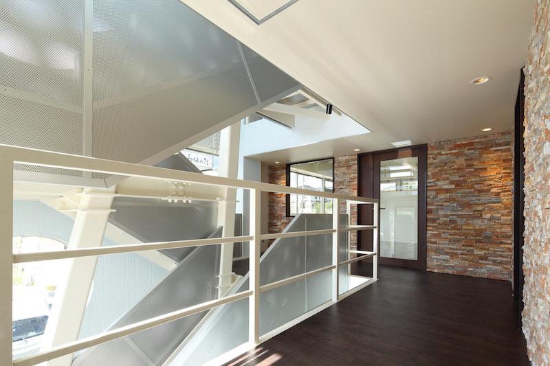 11 2階通路より階段を見る
