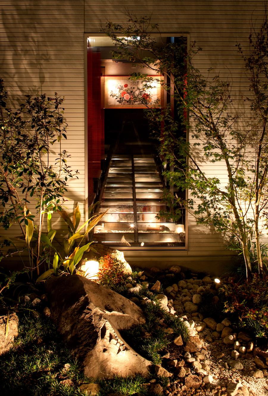 ⑬外部庭よりガラス床の座敷を見る