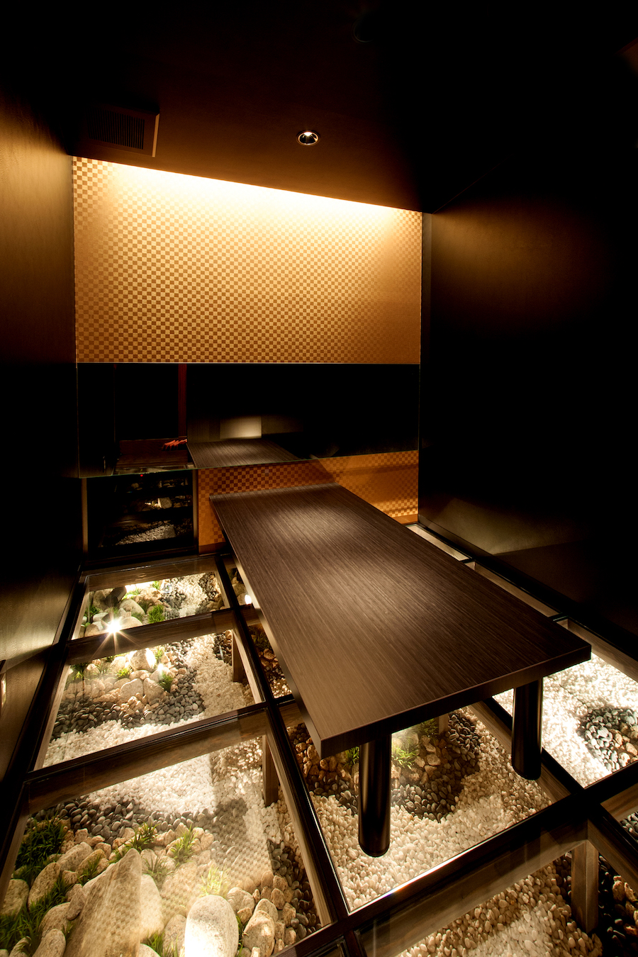 ⑭ガラス床の個室