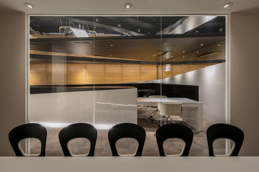 会議室よりガラス越しにカウンターを見る