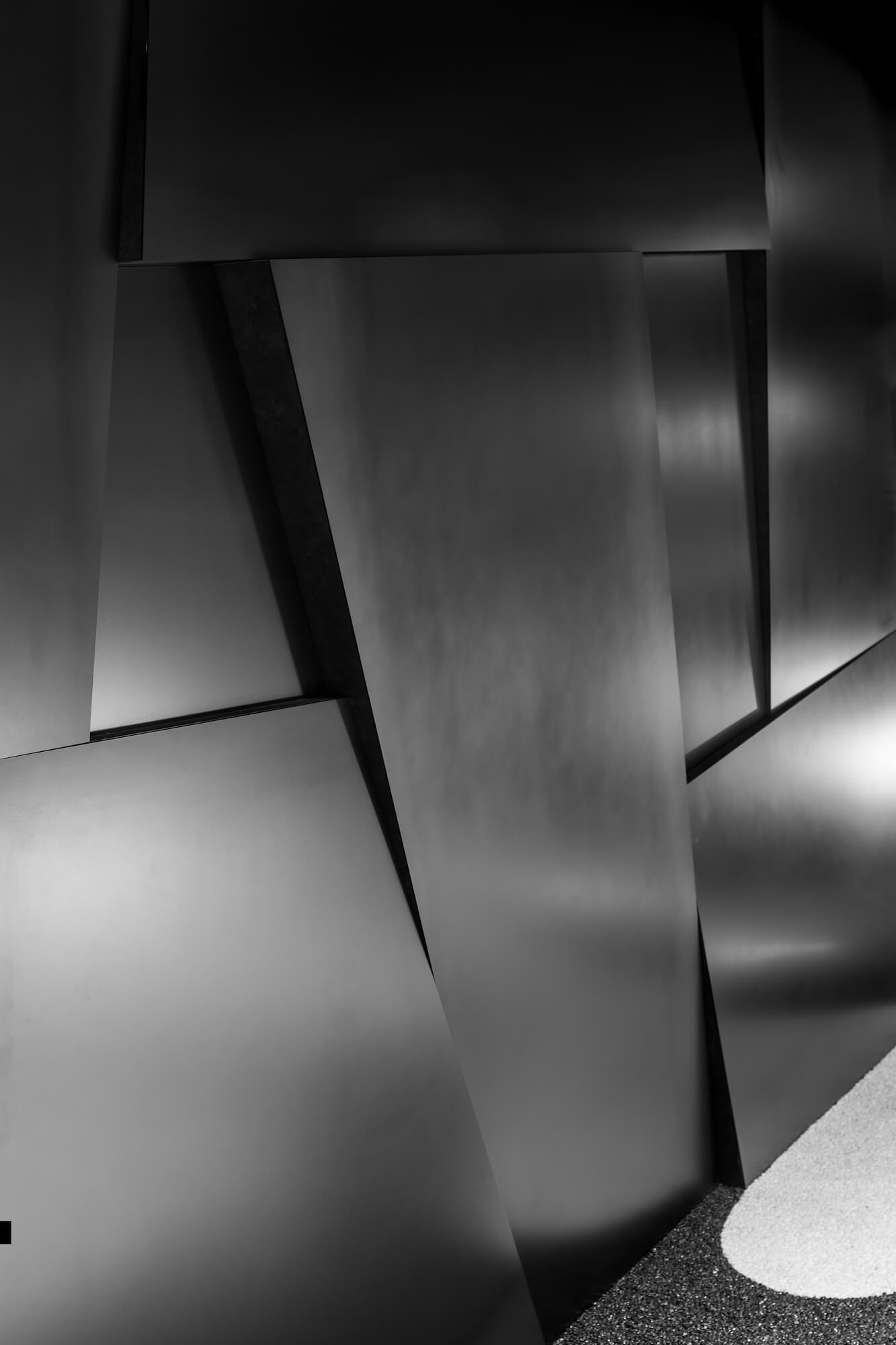 黒皮鉄の石垣モニュメント